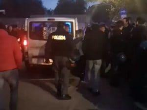 Il furgone con a bordo alcuni rom esce dal centro d'accoglienza di Torre Maura