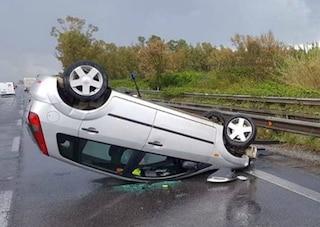 (Aprilia) Latina, incidente stradale su via Pontina, auto si ribalta: grave il conducente