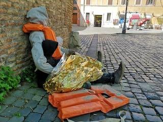 Roma, manichino con giubbotto salvagente in Piazza Sonnino: l'opera di Canz-52 sui morti in mare