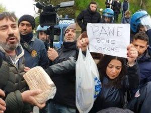 Volontari hanno portato del pane per i rom ospiti del centro d'accoglienza di Torre Maura