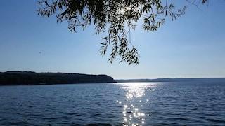 Catamarano si ribalta nel lago di Bracciano, marito e moglie in acqua per più di un'ora