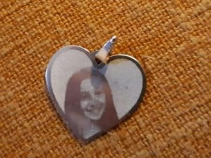 Ritrovata la medaglietta con la foto della piccola Giulia, morta nel terremoto di Amatrice