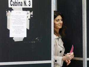 La sindaca Virginia Raggi al voto ieri