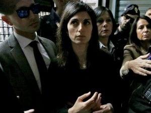 Virginia Raggi visita la famiglia rom a Casal Bruciato e viene insultata da residenti e militanti di estrema destra