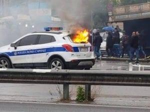 L'automobile dei vigili urbani andata in fiamme