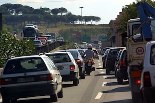 Chiusa l'A1 tra Guidonia e il bivio A24 Roma-Napoli per incendio: traffico in tilt