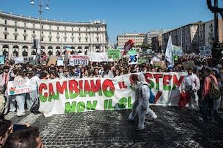 Manifestazione per il clima a Roma, migliaia di giovani in piazza: 'Chiudete rubinetti, non porti'