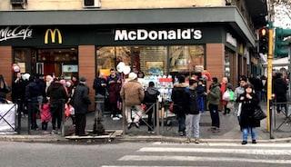 Puliscono i McDonald's ma non vengono pagati: la protesta dei lavoratori bengalesi