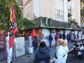 """Roma, picchetto a Casal Bruciato contro sfratto di 80enne malata: """"Ignobile lasciarla in strada"""""""