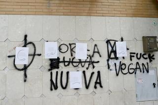 A Fiumicino le poesie coprono i simboli fascisti e le frasi di Forza Nuova