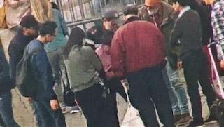 Piazza San Pietro, turista rischia di morire soffocata: salvata da un poliziotto