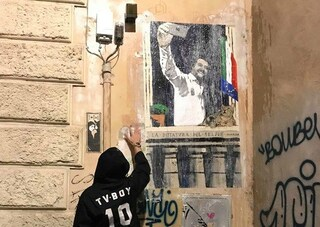 """A Roma un murales su Matteo Salvini: """"La dittatura del selfie"""""""