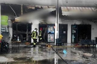 Sabaudia, negozio di prodotti alimentari avvolto dalle fiamme: salvata una donna