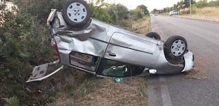 Ardea, auto si ribalta e finisce fuori strada: autista fugge in preda al panico