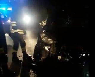 Ardea, scontro frontale nella notte tra due veicoli: conducente rischia di perdere una gamba