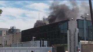 Incendio all'ex sede Sky di via Salaria a Roma: edificio evacuato