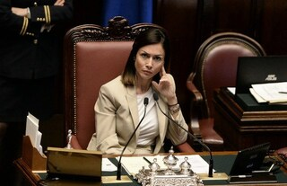 """Mara Carfagna: """"Subito un Consiglio dei ministri straordinario per l'emergenza rifiuti a Roma"""""""