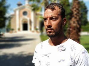 Omar, un ragazzo egiziano arrivato in Italia con un barcone partito dalla Libia