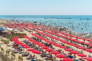 Tragedia sfiorata ad Anzio, in 30 non riescono a tornare a riva: salvati con una catena umana