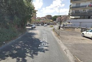 Roma, incidente mortale su via Casal del Marmo tra auto e motorino: scooterista perde la vita