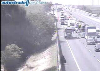 Traffico paralizzato sull'Autostrada A1: voragine provoca incidenti tra mezzi pesanti