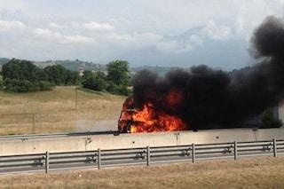 Roma, auto in fiamme sull'A24 Roma-Teramo alla barriera di Roma Est: traffico paralizzato