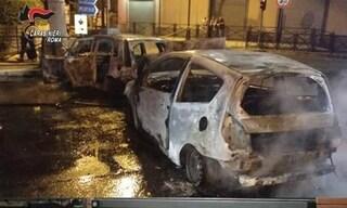 Bruciano auto e balle di fieno per garantirsi la fuga. Ma il 'colpo' in gioielleria fallisce