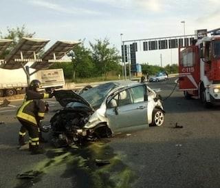 Incidente sulla Roma - Civitavecchia: a tutta velocità nell'area di servizio auto si ribalta