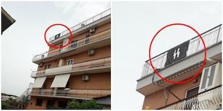 Casalotti, espone bandiera delle SS sul balcone: residenti la fanno rimuovere