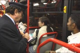 """Atac, 17mila multe a luglio a chi non paga il biglietto. Raggi: """"Più autobus, ma più controlli"""""""