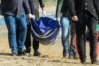 Il corpo senza vita di un uomo ritrovato sulla spiaggia tra Fiumicino e Focene: indagini in corso