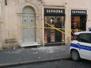 I calcinacci caduti in strada a Piazza di Spagna a Roma