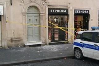 Roma, caduta di calcinacci a Piazza di Spagna: crollano pezzi d'intonaco vicino a Sephora