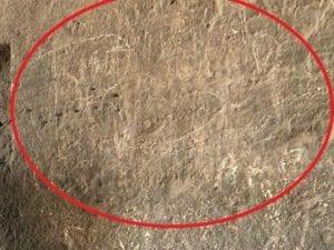 Le lettere incise sulla parete del Colosseo