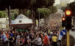 Critical Mass Roma: 3000 ciclisti invadono via Cristoforo Colombo fino a Ostia
