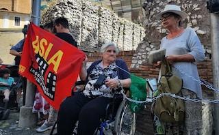 """Roma, donne in emergenza abitativa incatenate in Campidoglio: """"In atto una guerra contro i poveri"""""""