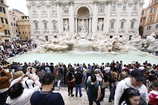 Bagni nella Fontana di Trevi: entra in acqua armato di cartello, maschera e amplificatore
