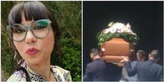 Omicidio a Cisterna di Latina, funerali di Elisa Ciotti: palloncini bianchi e striscioni