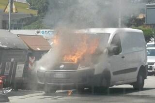 Roma, furgone in fiamme sulla Cassia: l'automobilista vede il fumo e scende di corsa