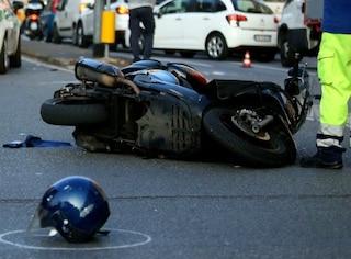La Rustica, a bordo del suo scooter si schianta contro auto in sosta: muore a 48 anni
