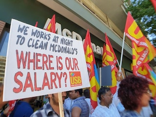 """Lavoratori bengalesi del McDonald's: """"Licenziati perché abbiamo chiesto gli stipendi non pagati"""""""