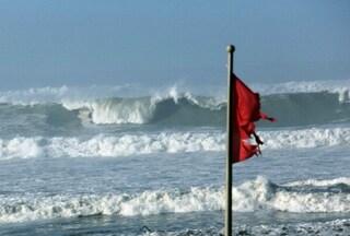 Fiumicino, si tuffa in mare per bagno di mezzanotte e viene inghiottito dalle acque: morto un 43enne