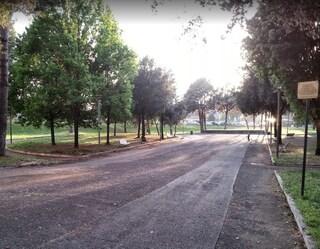 Roma, massacra di botte la madre al parco e la riduce in fin di vita: arrestato 30enne