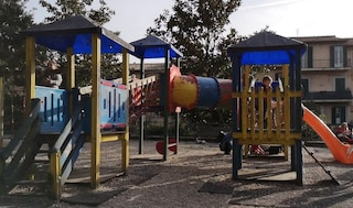 Albano, ubriaco tenta di rapire bimba al parco: trauma cranico per la piccola, lui è libero