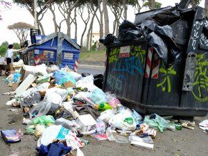 Cassonetti colmi di rifiuti a Roma