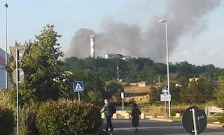 """Vasto incendio in un deposito di rifiuti a Frosinone, il sindaco: """"Abbandonare l'area"""""""