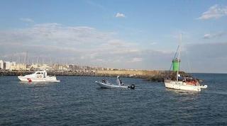 Gommone rischia di affondare in mare a Castel Porziano: salvate 15 persone