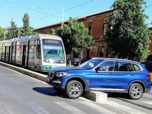 Suv blocca tram in via Labicana