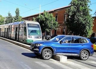 Roma, suv rimane incastrato sul cordolo del tram in via Labicana e paralizza il traffico