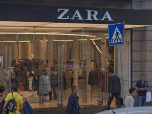 L'ingresso della boutique di Zara in via del Corso